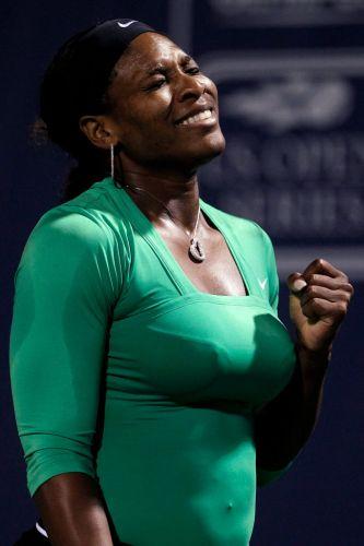 Serena Williams vibra com ponto conquistado na partida contra Maria Sharapova pelas quartas de final do Torneio de Stanford. Tenista norte-americana venceu por 2 sets a 0 (parciais de 6-1 e 6-3)