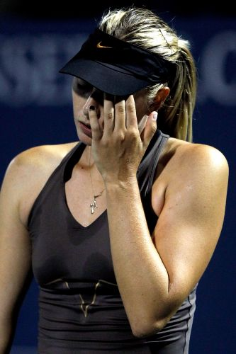 Maria Sharapova se lamenta. Tenista russa foi eliminada do Torneio de Stanford por Serena Williams