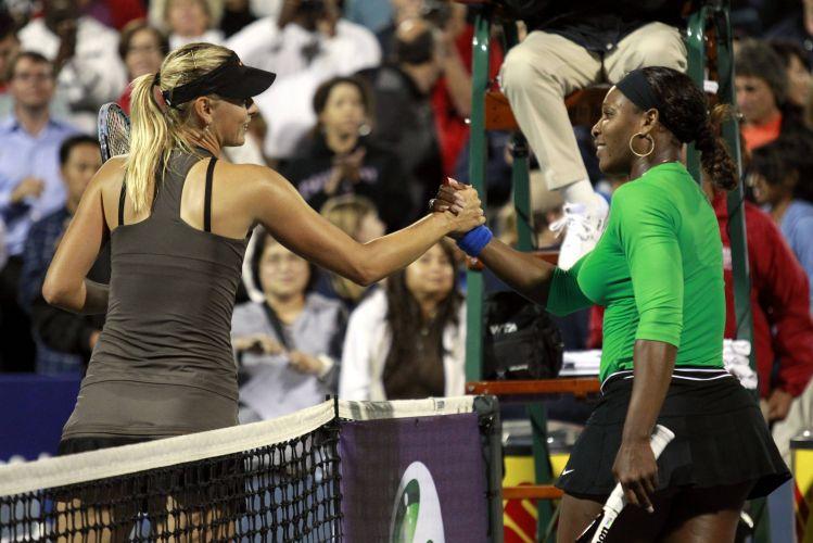 Maria Sharapova e Sererna Williams se cumprimentam após a vitória da norte-americana por 2 sets a 0 (parciais de 6-1 e 6-3) pelas quartas de final do Torneio de Stanford