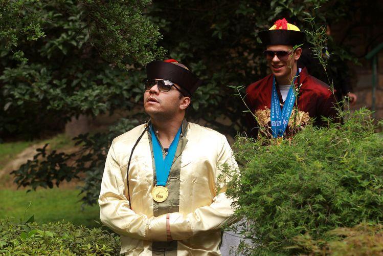 Felipe França (e) e Cesar Cielo vestem trajes típicos na China após o Mundial de Esportes Aquáticos. França conquistou um ouro, enquanto Cielo foi campeão duas vezes