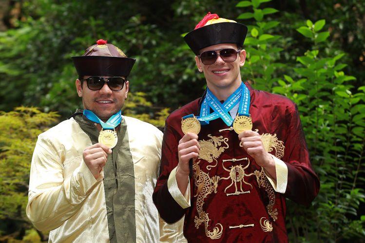 Felipe França (e) e Cesar Cielo posam para fotos na China com as medalhas de ouro que conquistaram no Mundial de Esportes Aquáticos