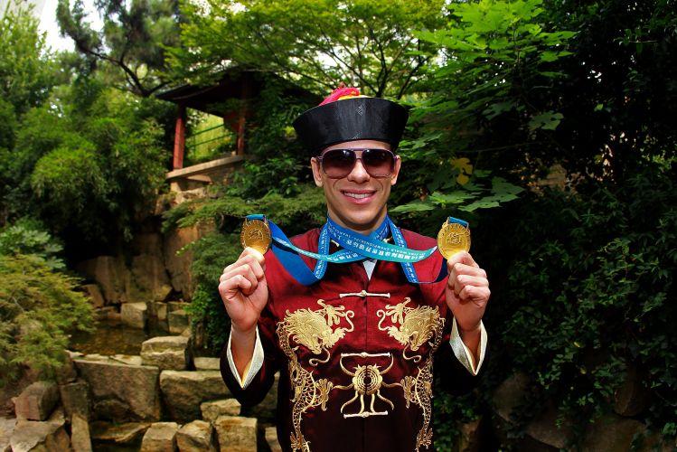 Após testar positivo em antidoping, Cesar Cielo curte bom momento na China e exibe as duas medalhas de ouro que conquistou no Mundial, vencendo os 50m livre e borboleta