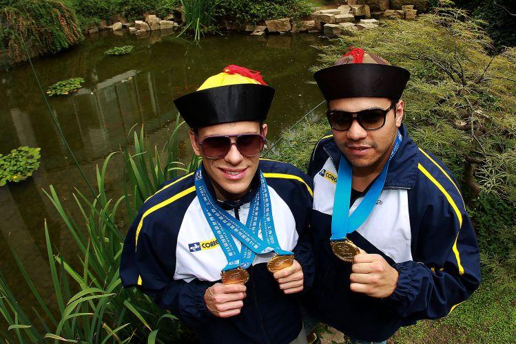 Cesar Cielo (e) e Felipe França curtem a paisagem chinesa depois dos três ouros que ganharam no Mundial de Xangai. Cielo levou a melhor nos 50m livre e borboleta. Felipe França venceu os 50m peito