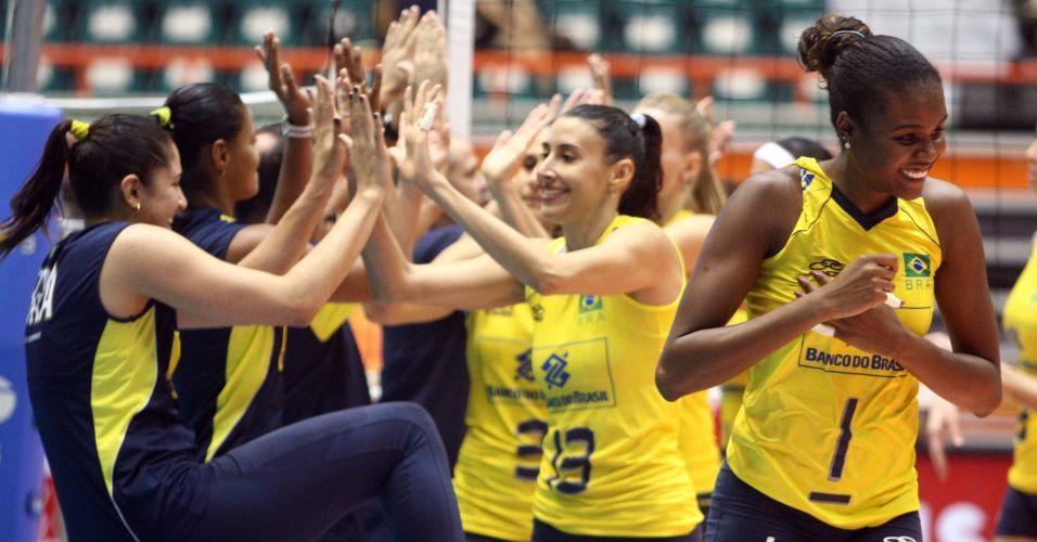Ao lado de Fabiana, Sheilla cumprimenta Natália na apresentação das jogadoras antes da partida contra o Japão