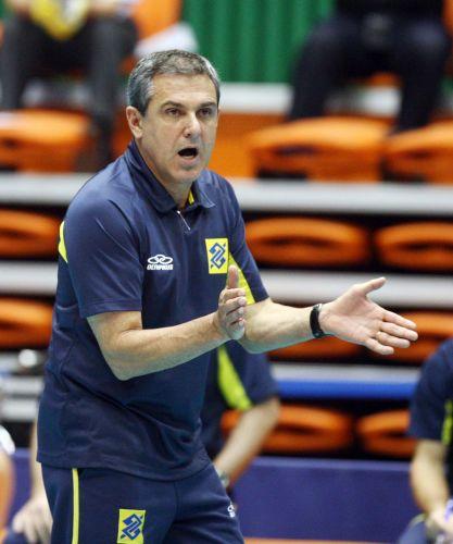 José Roberto Guimarães incentiva as jogadoras brasileiras na vitória por 3 sets a 0 sobre o Japão