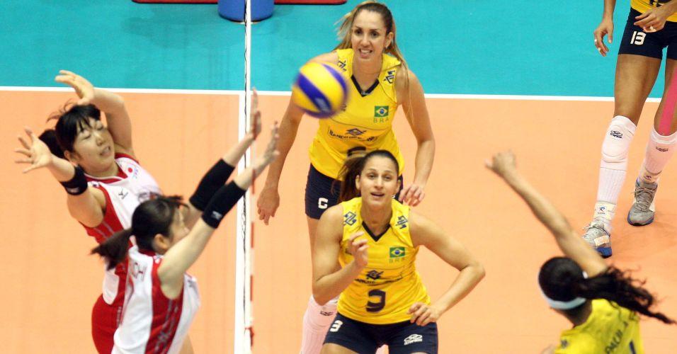 Observada por Thaísa e Dani Lins, Paula Pequeno ataca para a seleção brasileira na vitória sobre o Japão