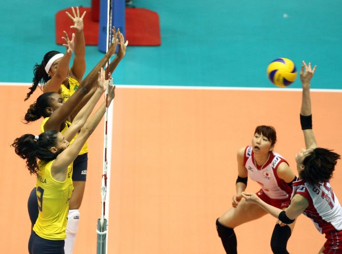 Sheilla, Fabiana e Paula Pequeno formam bloqueio triplo na vitória por 3 sets a 0 sobre o Japão