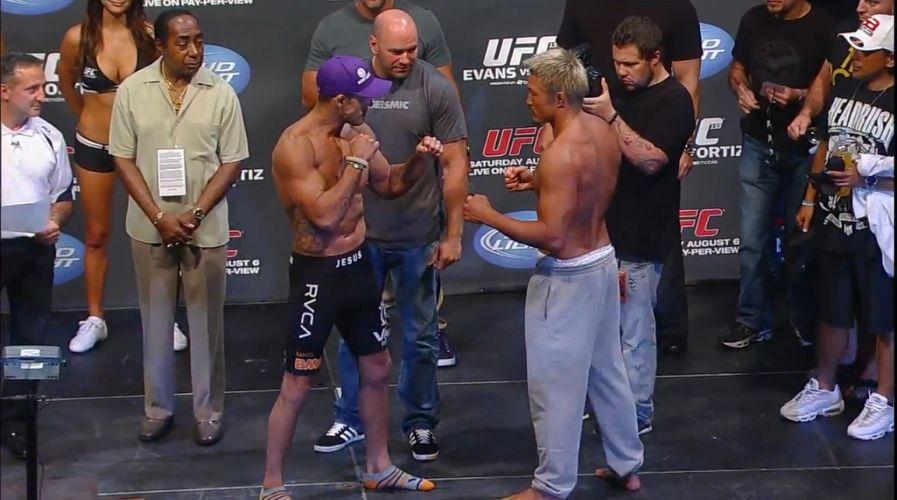 Vitor Belfort encara o japonês Akiyama, seu rival de sábado à noite, quando volta ao octógono para o UFC 133; na última luta, o carioca perdeu para Anderson Silva com um chute memorável. Para esta pesagem, o brasileiro revelou que teve de perder 11 kg em quatro dias, para chegar aos 84 kg, limite dos médio