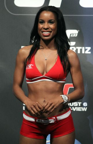 Ring girl marca presena na pesagem do UFC 133, na Filadlfia