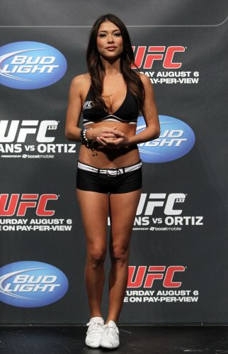 Bela ring girl Arianny Celeste marca presena na pesagem do UFC 133
