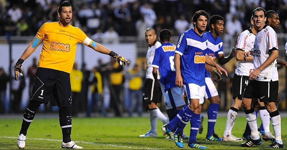 Tradicional camisa amarela do goleiro Fbio, do Cruzeiro, em partida contra o Corinthians