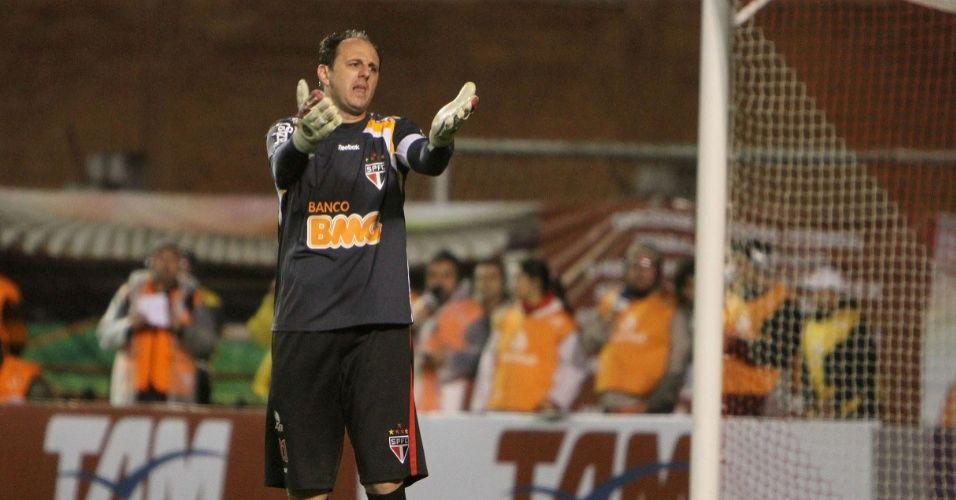 Rogério Ceni utiliza uma camisa preta com detalhes em laranja e branco nos ombros