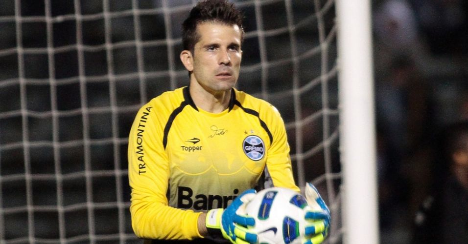 Goleiro gremista Victor  mais uma aderir  cor amarela para seu uniforme no Brasileiro. Tem at autgrafo na camisa