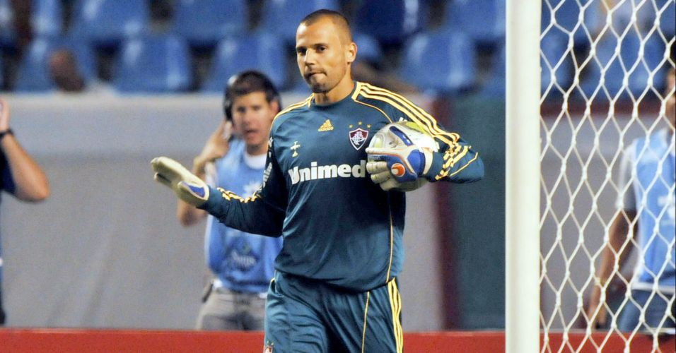 Diego Cavalieri e sua camisa com tom azulado e listras amarelas dá segurança ao gol do Fluminense
