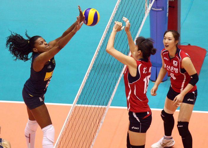 Fernanda Garay disputa a bola com jogadora da Coreia do Sul. Brasil venceu por 3 sets a 1 em pouco mais de 1h10 de jogo