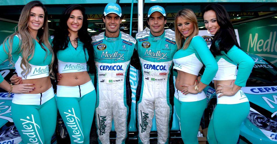 07.ago.2011 - Grid girls posam ao lado dos pilotos Marcos Gomes e Xandinho Negrão em Interlagos antes da Corrida do Milhão