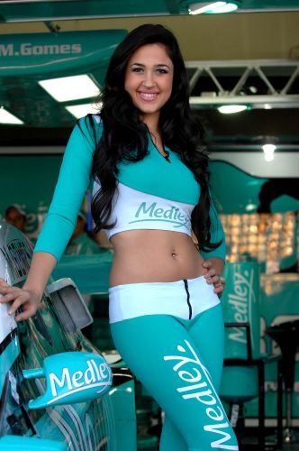 07.ago.2011 - Grid girl posa ao lado de carro da equipe Medley/Full Time antes da Corrida do Milho