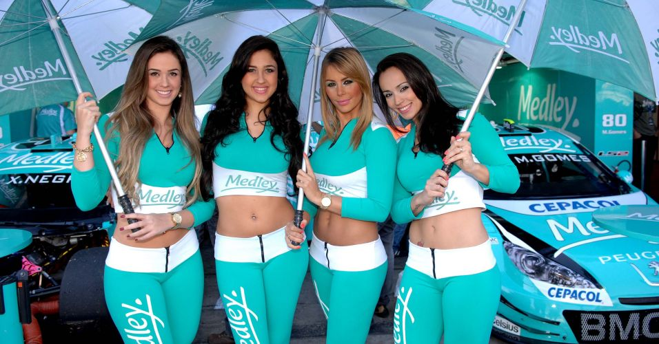 07.ago.2011 - Garotas roubam a ateno no pit lane de Interlagos em frente aos boxes com os carros de Xandinho Negro e Marcos Gomes antes da Corrida do Milho