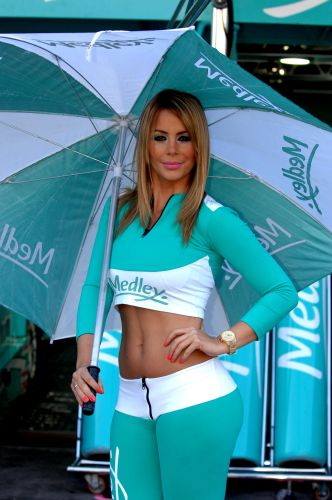07.ago.2011 - Grid girl posa em frente aos boxes da equipe Medley/Full Time em Interlagos antes da Corrida do Milho
