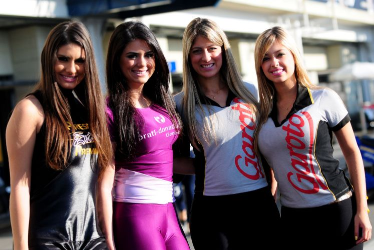 07.ago.2011 - Promotoras se destacam no paddock de Interlagos antes da Corrida do Milho