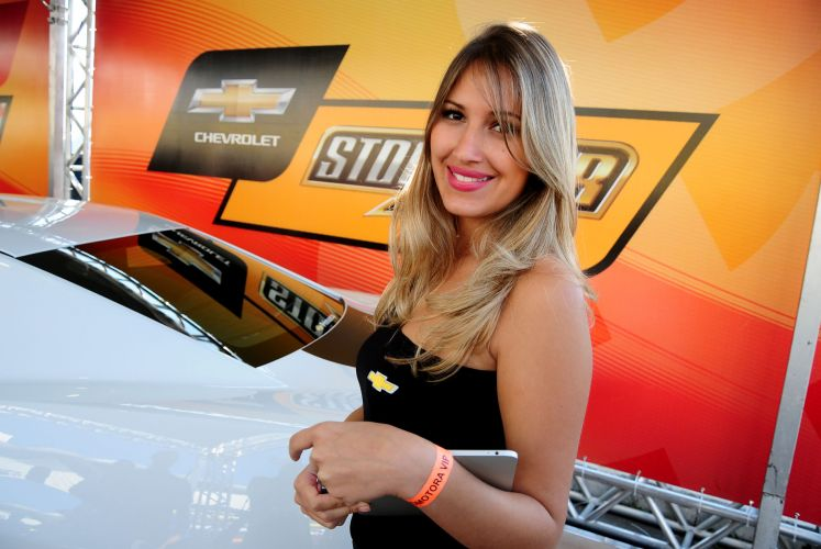 07.ago.2011 - Promotora de marcas da Stock Car posa para foto em Interlagos antes da Corrida do Milho