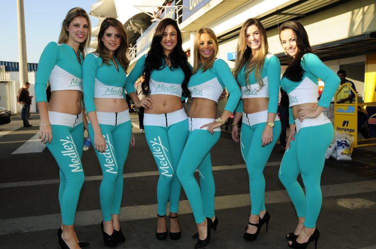 07.ago.2011 - Grid girls circulam pelo paddock de Interlagos na Corrida do Milho