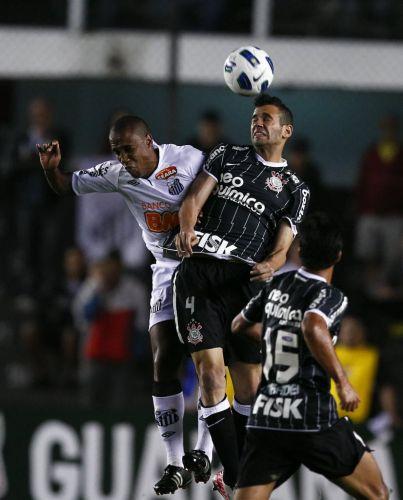 Santista Borges perde na disputa de cabeça com Leandro Castán, do Corinthians