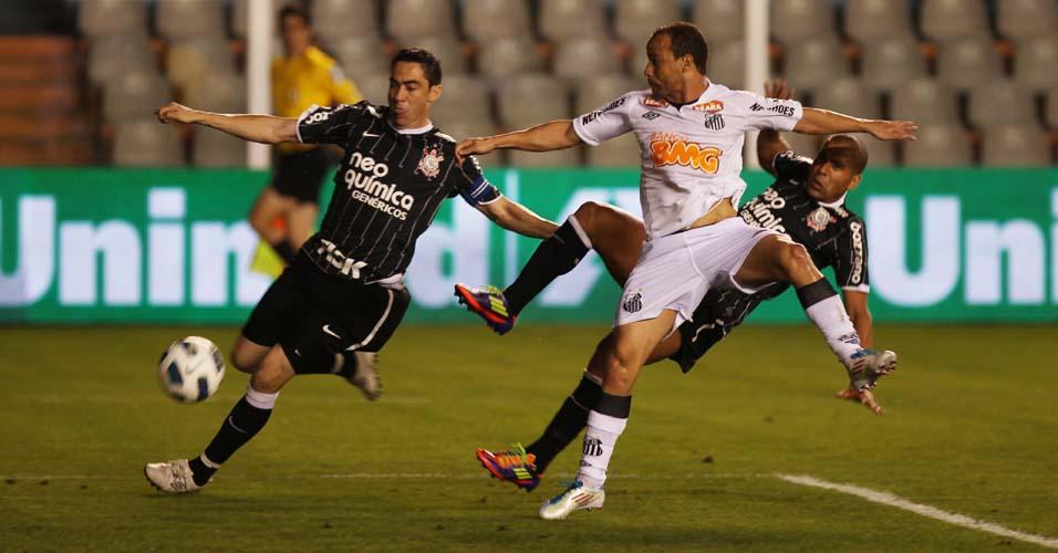 Chicão tenta jogada na frente do goleiro do Santos, mas sem resultado; jogo acabou sem gols