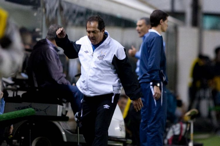 Muricy Ramalho reclama durante o empate sem gols na Vila Belmiro, no clássico contra o Corinthians