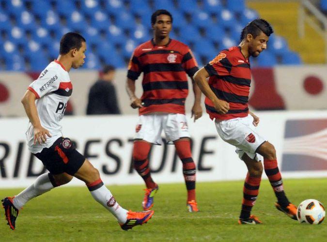 Leonardo Moura toca a bola durante confronto entre Flamengo e Atlético-PR, pela Copa Sul-Americana