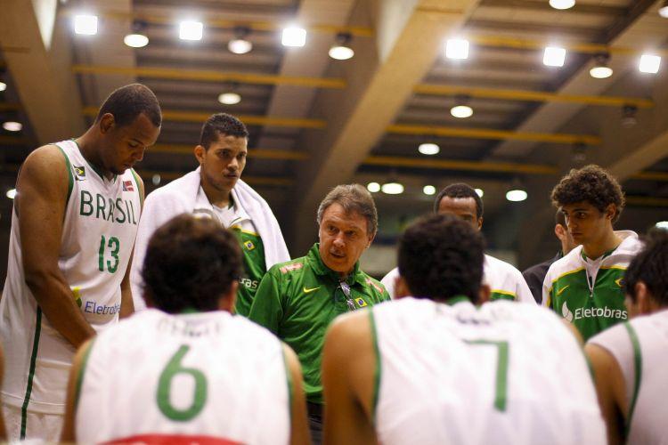 Técnico Rubén Magnano passa instruções para os jogadores da Seleção Brasileira de basquete no amistoso contra o México, nesta quinta