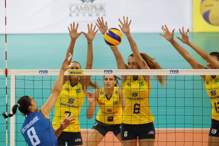 Mari, Thaísa e Sheilla sobem para bloquear Carolina Costagrande, da Itália, na vitória do Brasil por 3 sets a 1