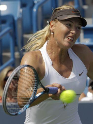 Maria Sharapova se esforça para alcançar bola na vitória por 2 sets a 0 sobre a australiana Samantha Stosur