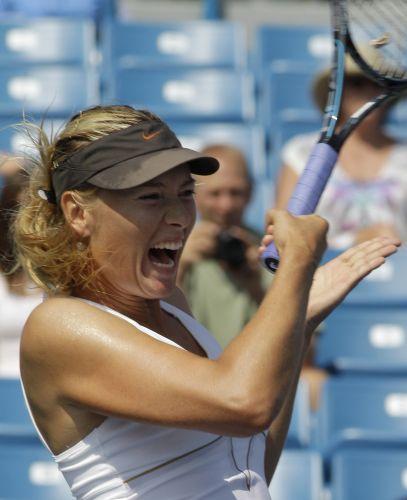 Russa Maria Sharapova golpeia na vitória por 2 sets a 0 (6-3 e 6-2) contra Samantha Stosur. Tenista avançou à semifinal do torneio
