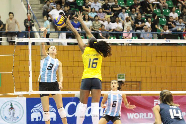 Fernanda Garay sobe para bloquear Yamila Nizetich. A ponteira brasileira foi titular na vitória deste sábado por 3 sets a 0 sobre a Argentina