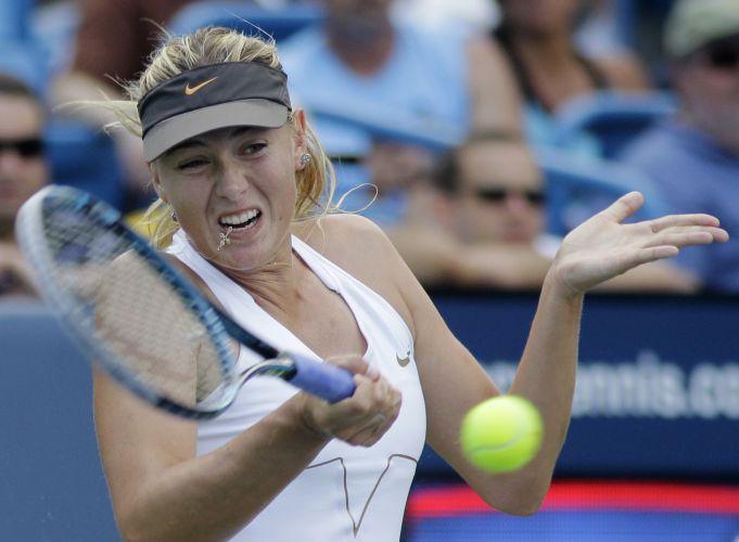 A russa Maria Sharapova se esforça para soltar o braço e acertar a devolução no duelo com Jelena Jankovic, da Sérvia, na final do Torneio de Cincinnati