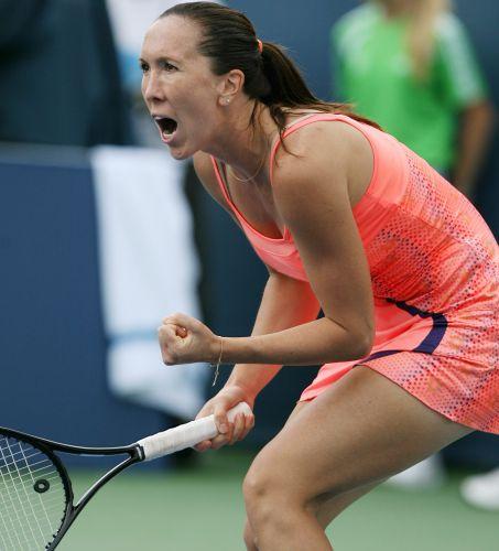 A tenista sérvia Jelena Jankovic vibra depois de fazer um ponto no duelo com a russa Maria Sharapov, na final do Torneio de Cincinnati.