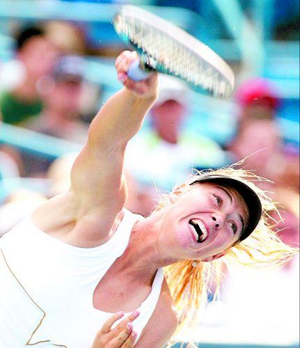A tenista russa Maria Sharapova solta o braço no saque para confirmar o serviço diante da sérvia Jelena Jankovic na decisão do Torneio de Cincinnati, em Mason (EUA)