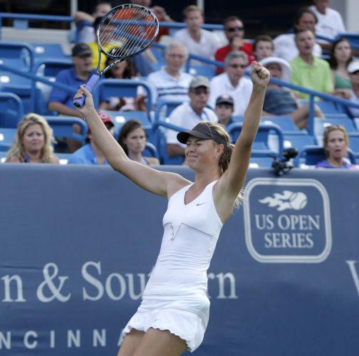 A russa Maria Sharapova comemora a vitória sobre a sérvia Jelena Jankovic, que rendeu o título do Torneio de Cincinnati
