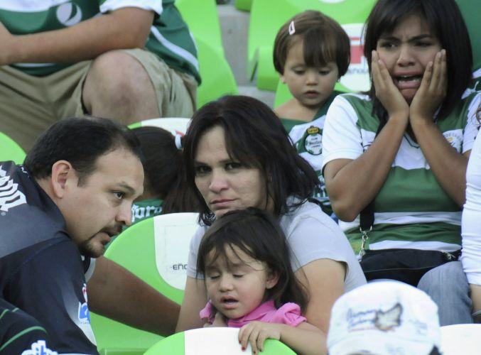 Famílias protegem os filhos durante tiroteio que interrompeu partida no México. Apesar do susto, ninguém ficou ferido