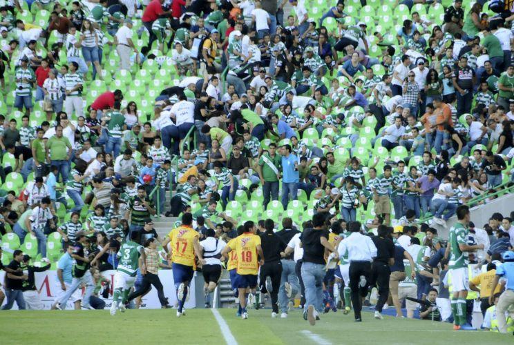 Os jogadores de Santos e Morelia abandonaram a bola e correram para o vestiário depois de ouvirem os tiros