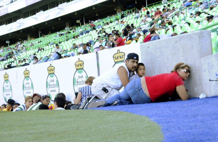 Alguns torcedores chegaram a invadir o campo de futebol para tentar se proteger do tiroteio