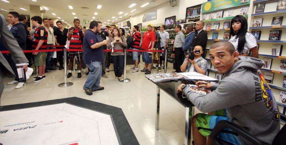 Atual campeão do UFC na categoria peso pena, José Aldo atraiu muitos fãs a um shopping do Rio de Janeiro na noite desta segunda-feira