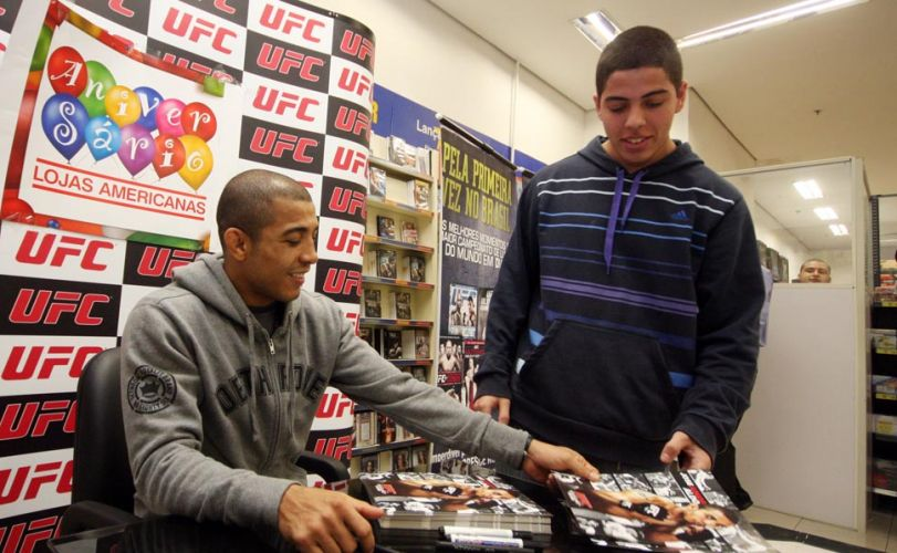 Além de autógrafos, o lutador José Aldo distribuiu sorrisos no período em que atendeu aos fãs em um shopping do Rio de Janeiro
