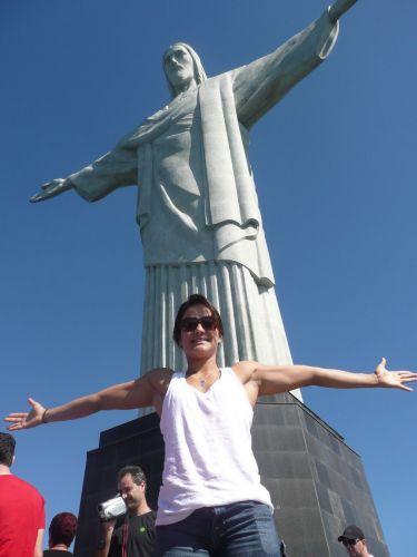 Kyra Gracie posa em frente à estátua do Cristo Redentor, no Rio de Janeiro, cidade onde treina