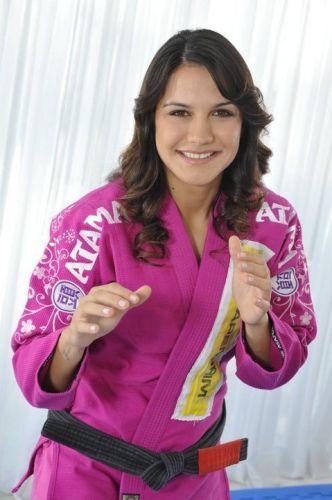 Kyra Gracie posa para foto com kimono rosa. Brasileira virou garota-propaganda para a empresa de material esportivo