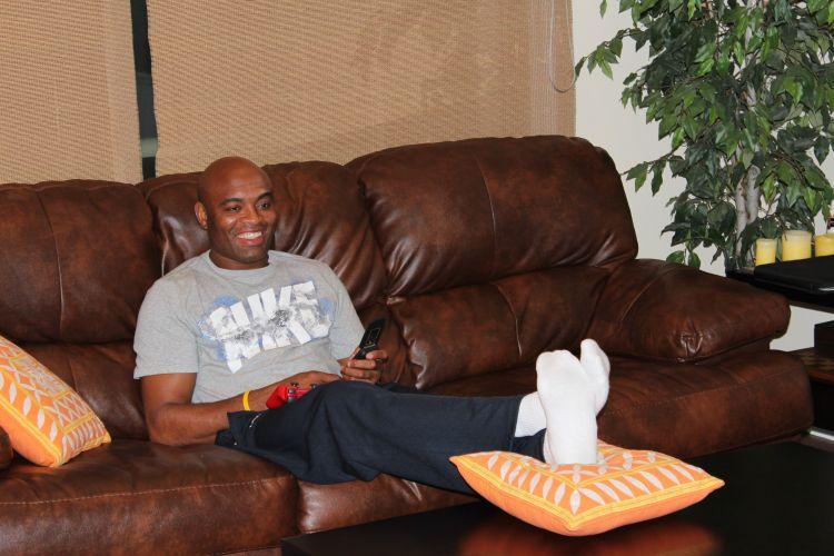 Relaxado no sofá de sua casa em Los Angeles, Anderson Silva não esquece dos compromissos e fica atento ao celular