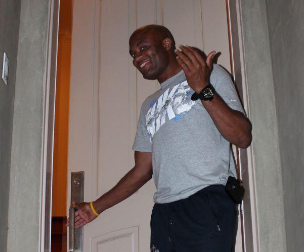 Sorridente, Anderson Silva se anima na hora de abrir a porta de sua casa em Los Angeles