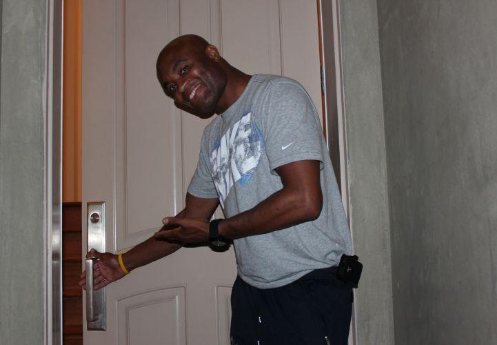 Extremamente simpático, Anderson Silva abre um sorriso antes de abrir a porta de sua casa