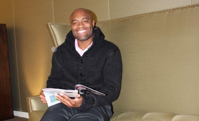Até quando para e resolve ler uma revista, Anderson Silva mantém um sorriso no rosto